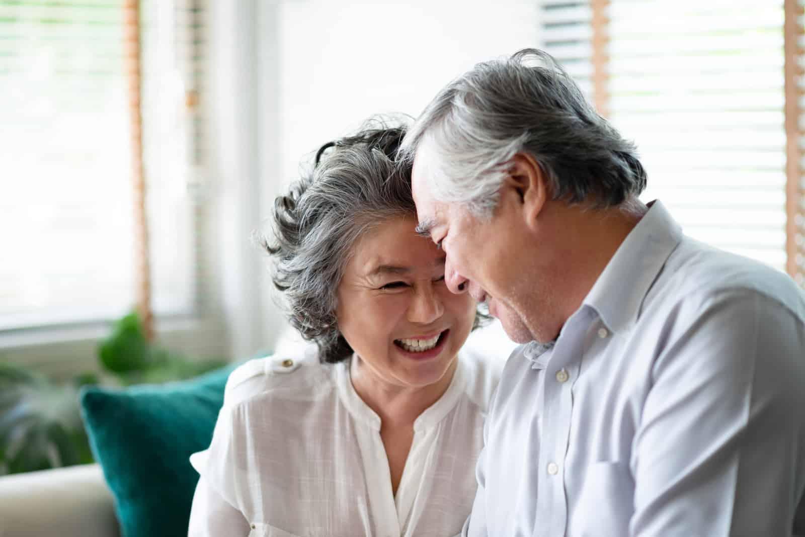 ein älteres asiatisches Paar umarmt sich