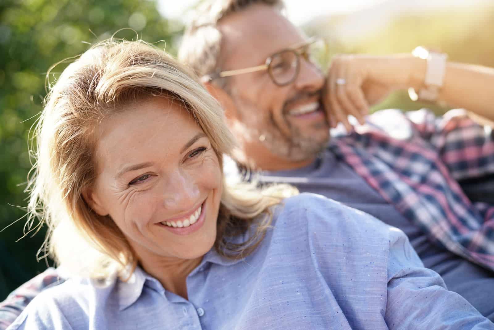 reifes Paar im Freien entspannen