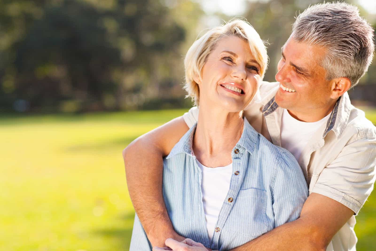süßes Paar mittleren Alters umarmt