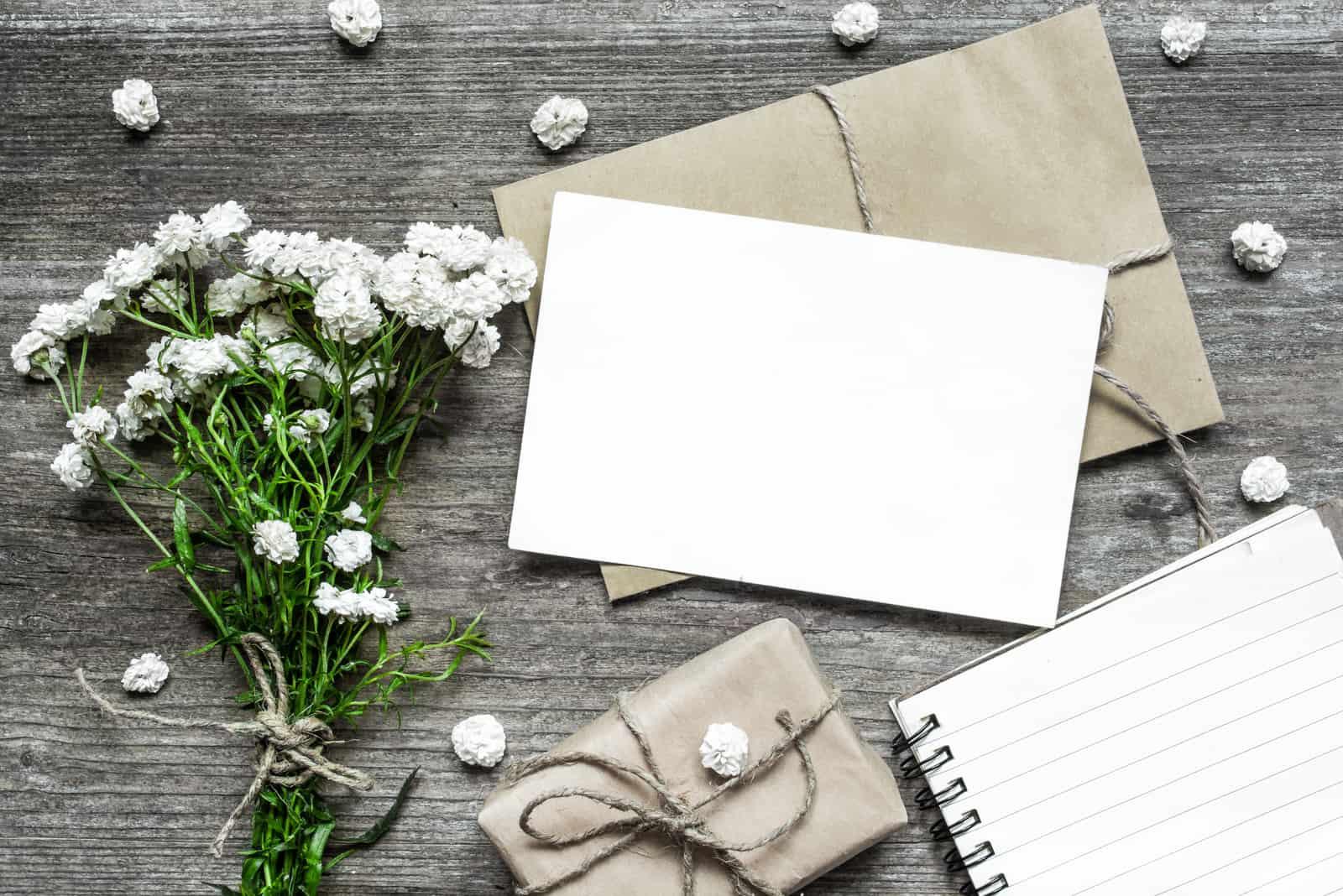 weiße Grußkarte mit weißem Blumenstrauß