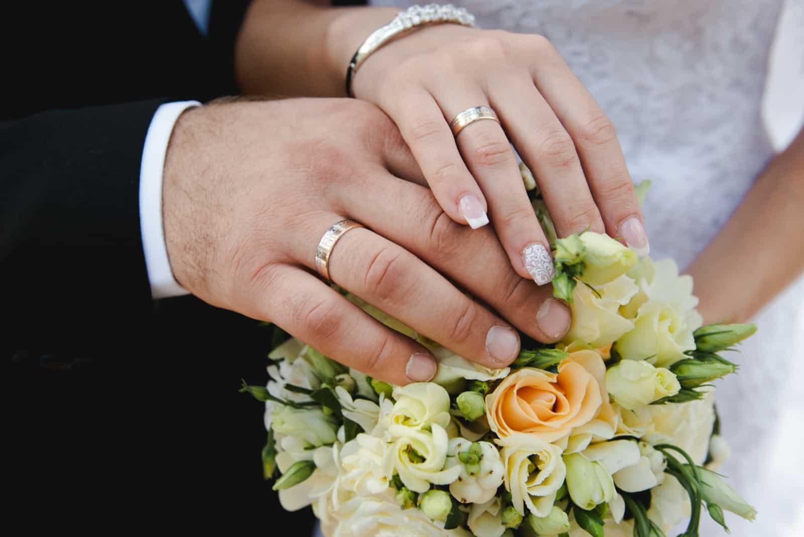 Braut und Bräutigam Hände mit Eheringen