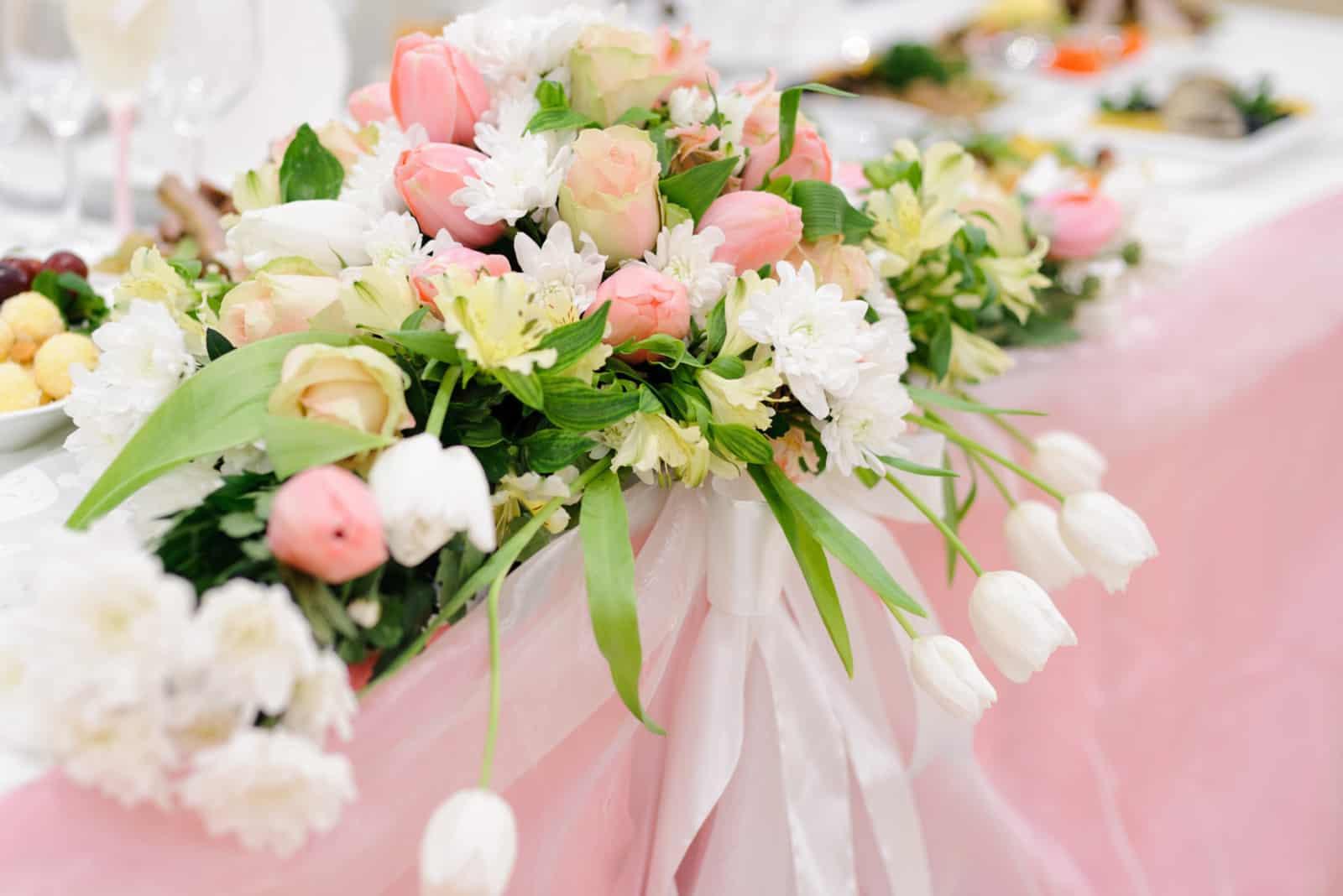 Dekoration des Hochzeitstisches mit Blumen