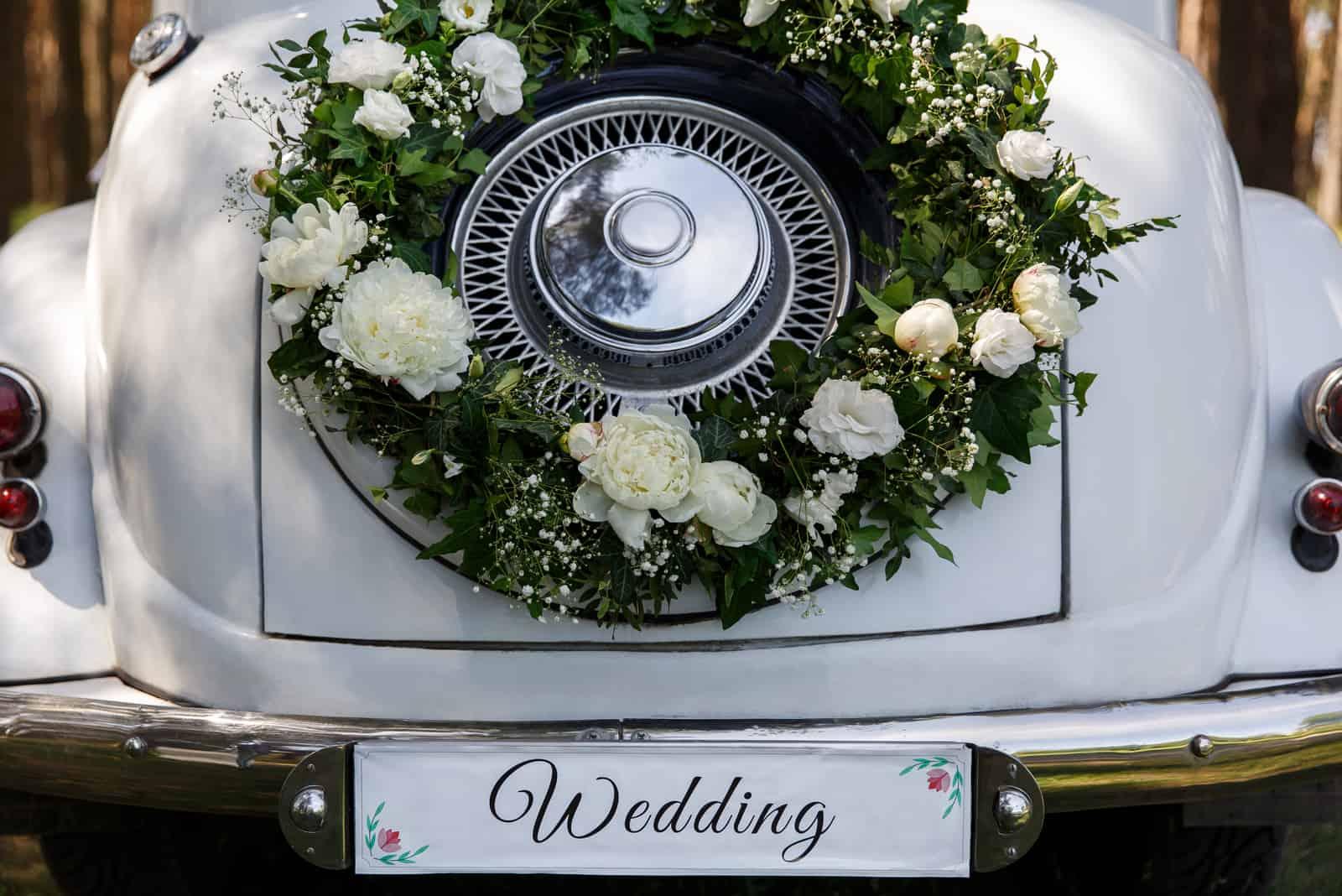 Hochzeitsauto mit einer Dekoration