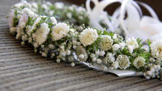 Schöner Kranz mit weißen Blumen