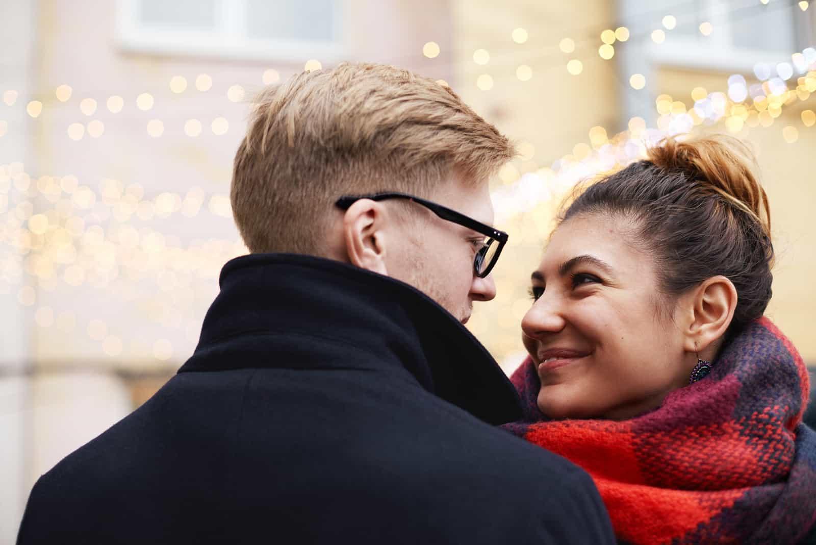 Paar blonder Mann und Latina Mädchen im Winter
