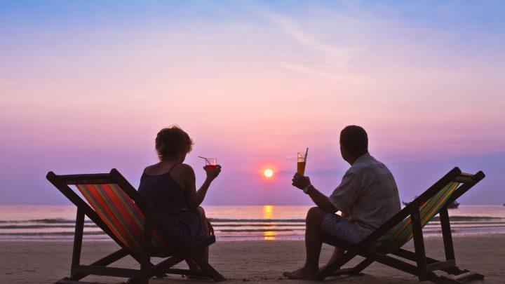Paar mittleren Alters am Strand feiern