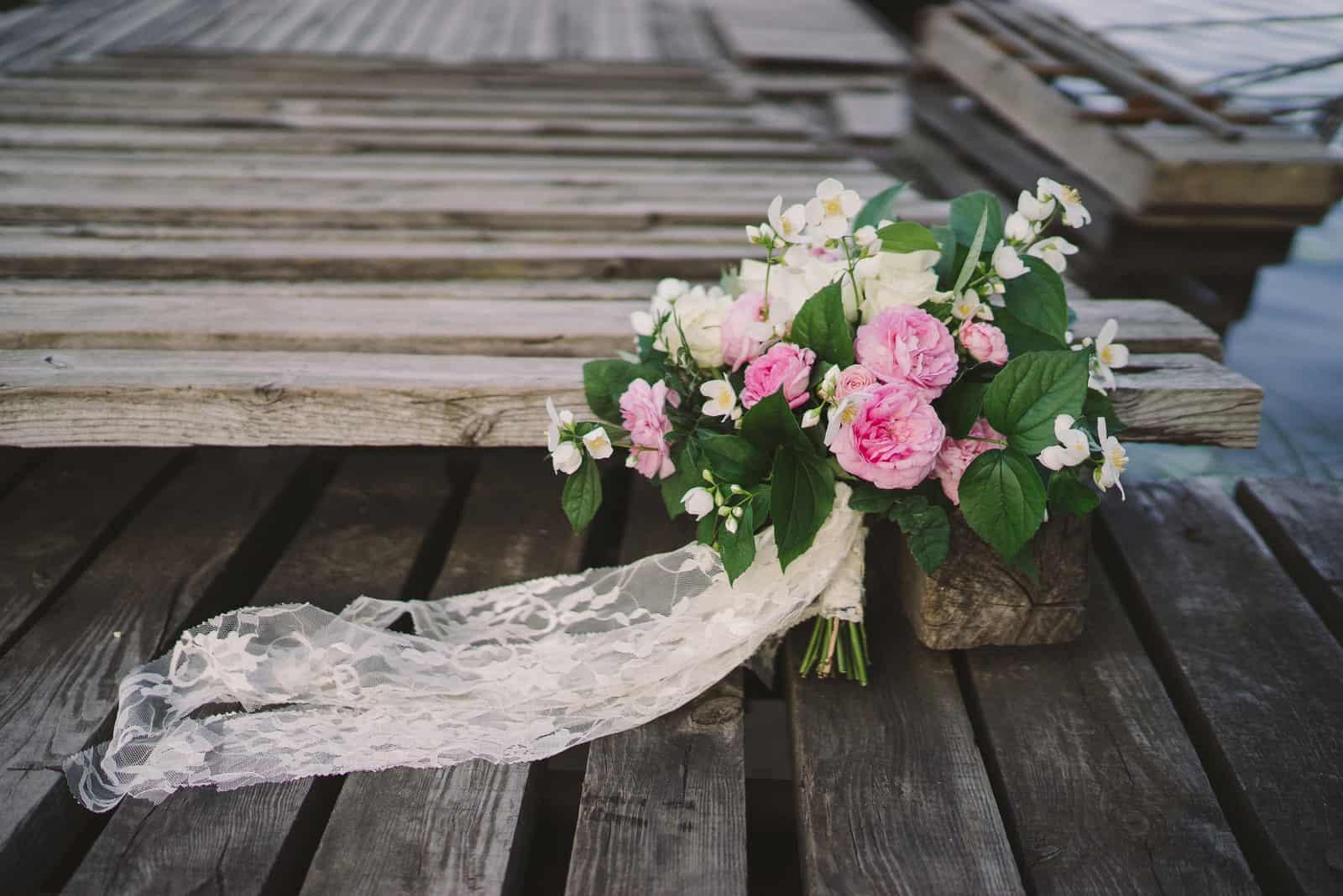 Schöner Strauß von Jasmin und rosa Gartenrosen
