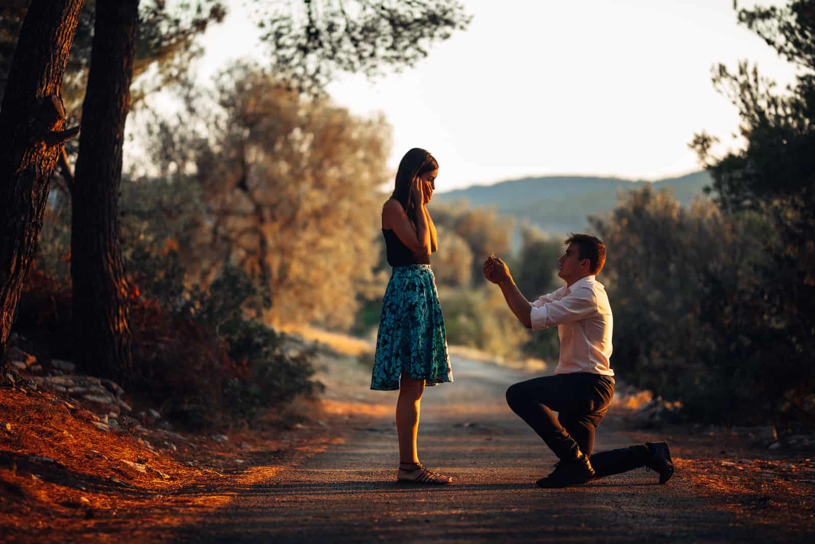 Verliebter Mann, der eine überraschte, schockierte Frau vorschlägt