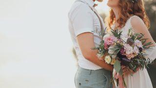 das Brautpaar vor dem Hintergrund eines Gebirgsbaches