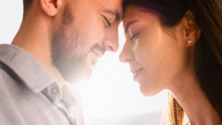 Das schöne Paar verbringt Zeit zusammen mit einem Lächeln