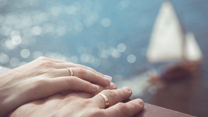 Händchenhalten mit Eheringen