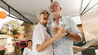 Älteres Paar tanzt auf einer Party draußen