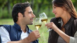 Paar im Freien feiern Wein trinken
