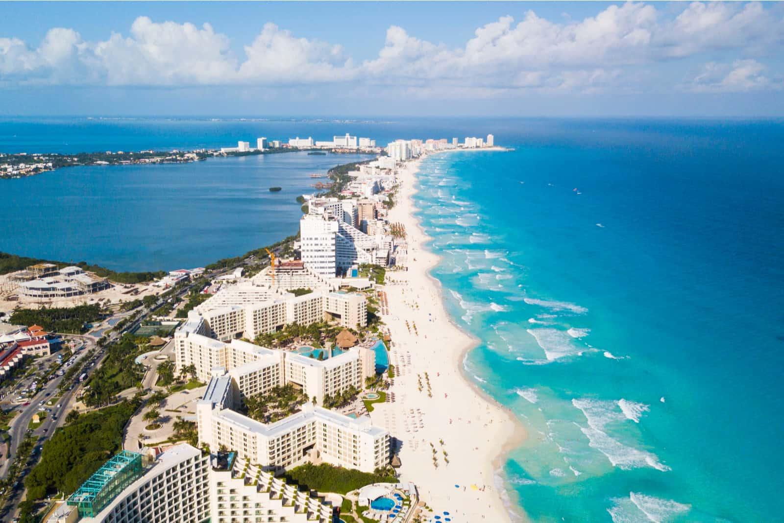 Ein Luftbild eines Strandes in Cancun, Mexiko