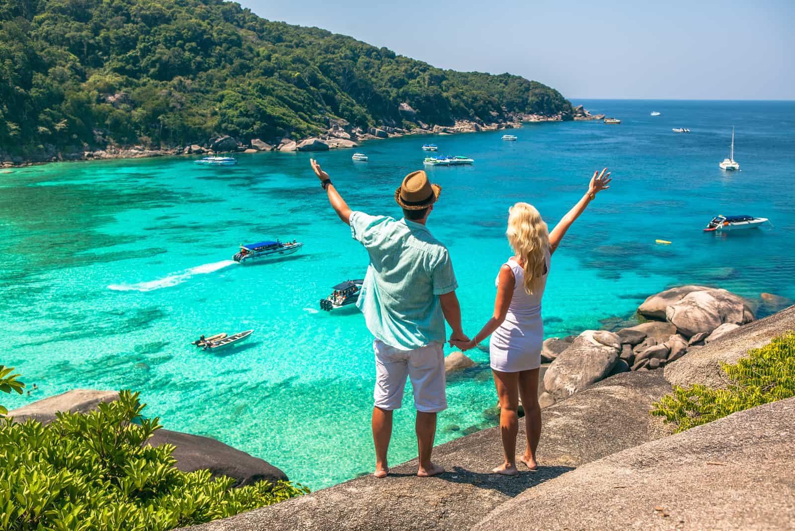 Glückliches Liebespaar an einem tropischen Strand