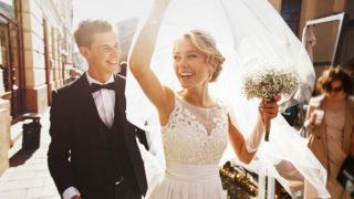 kaukasisches glückliches romantisches junges Paar, das ihre Ehe feiert