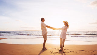 Paar genießt am Strand