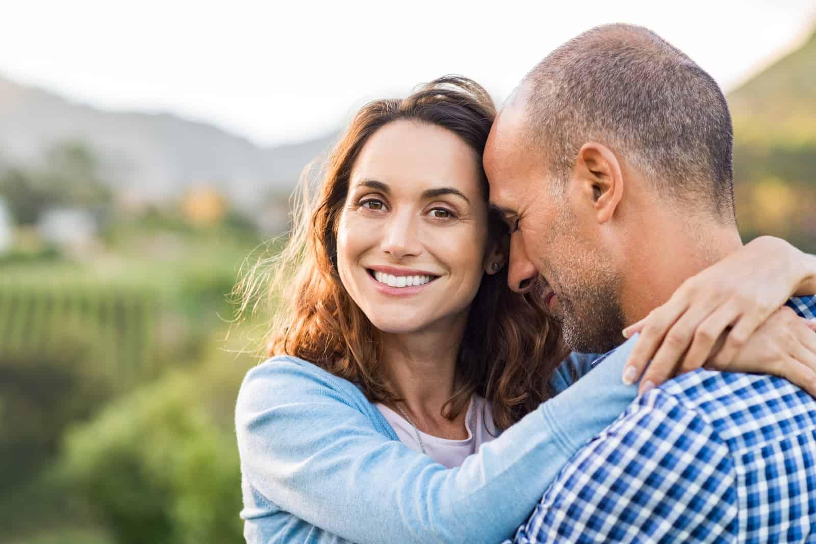 Reifes romantisches Paar umarmt im Freien
