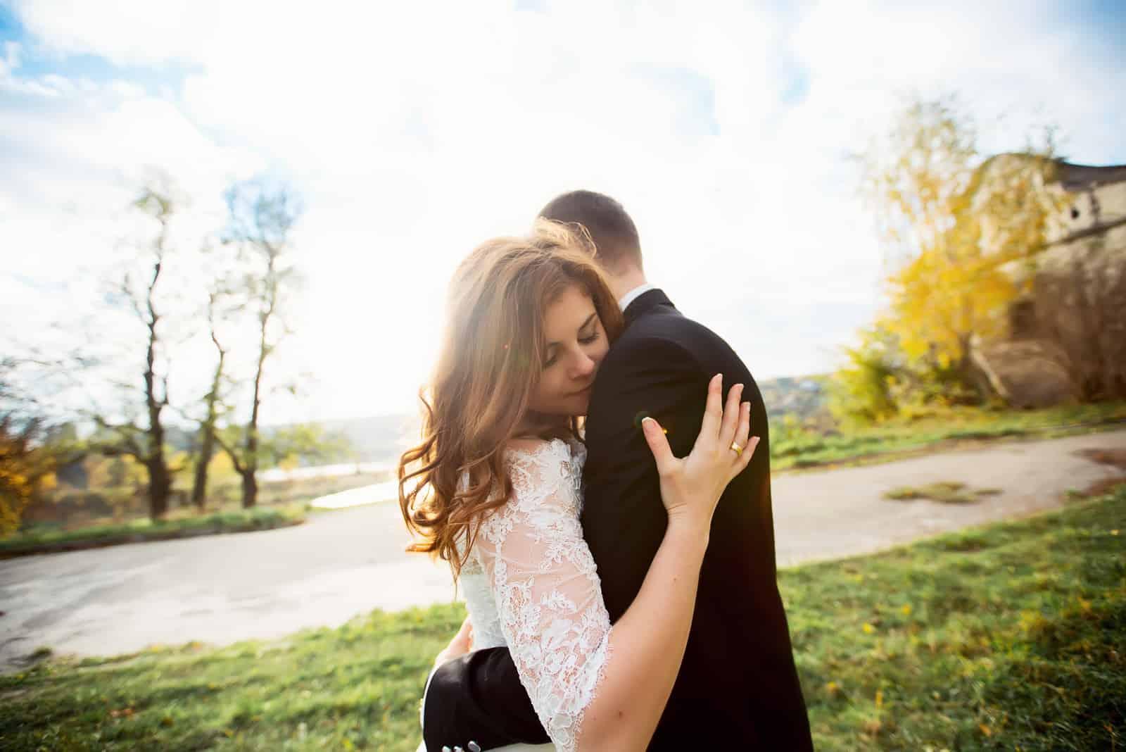 Romantisches Brautpaar umarmt sich