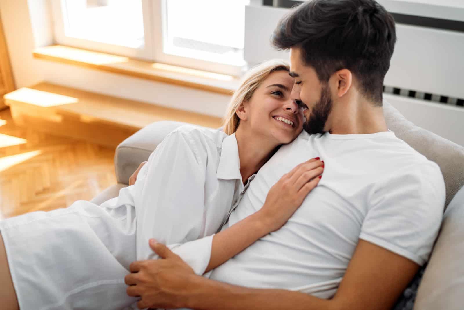 Romantisches Paar im Bett