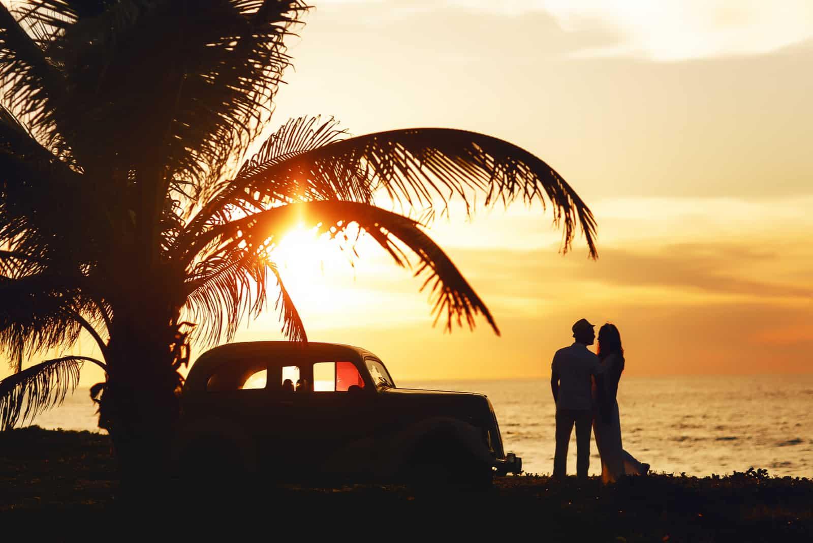 Sonniges Hochzeitspaar in Kuba am Meer