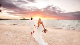 schönes Paar bei Sonnenuntergang am Meer
