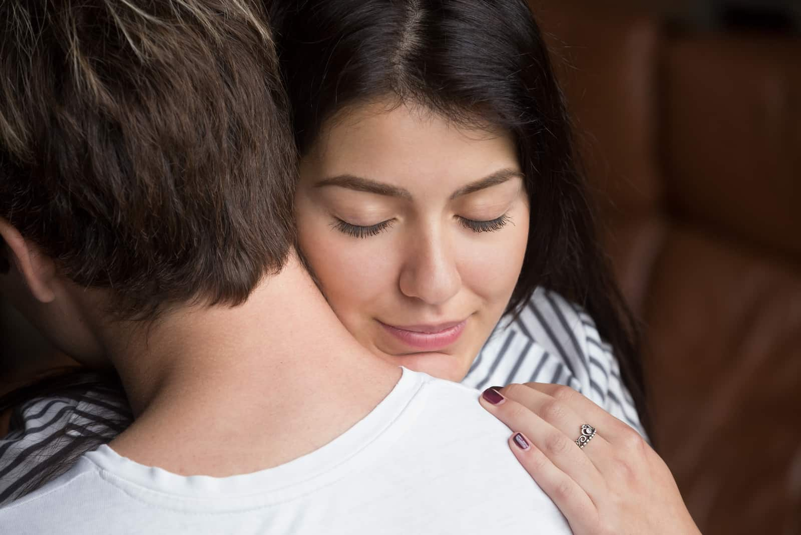 glückliche Frau, die Mann umarmt