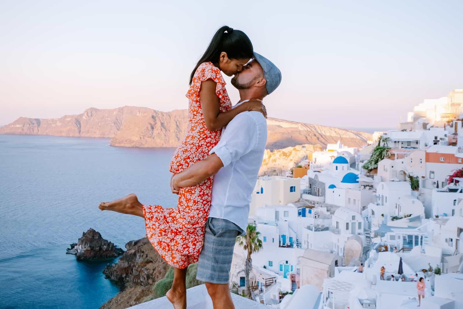 junges Paar im Luxusurlaub auf der Insel Santorin