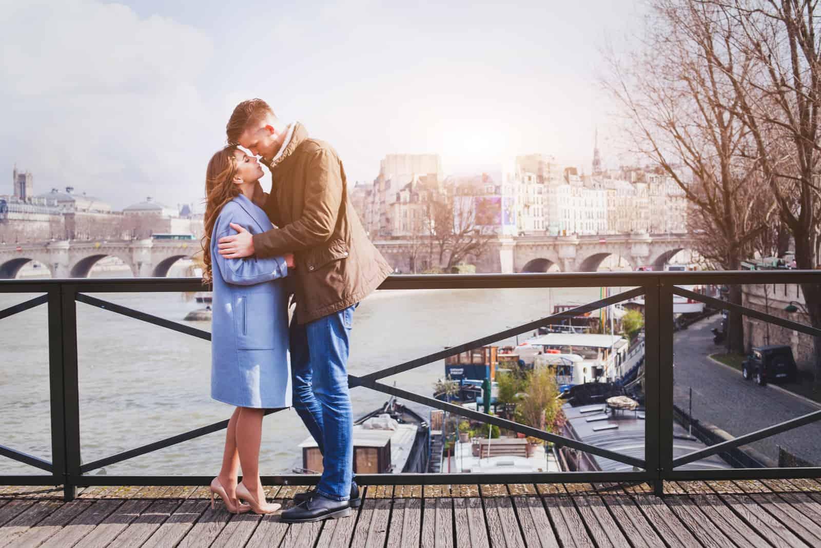 junges Paar küsst sich auf der Brücke