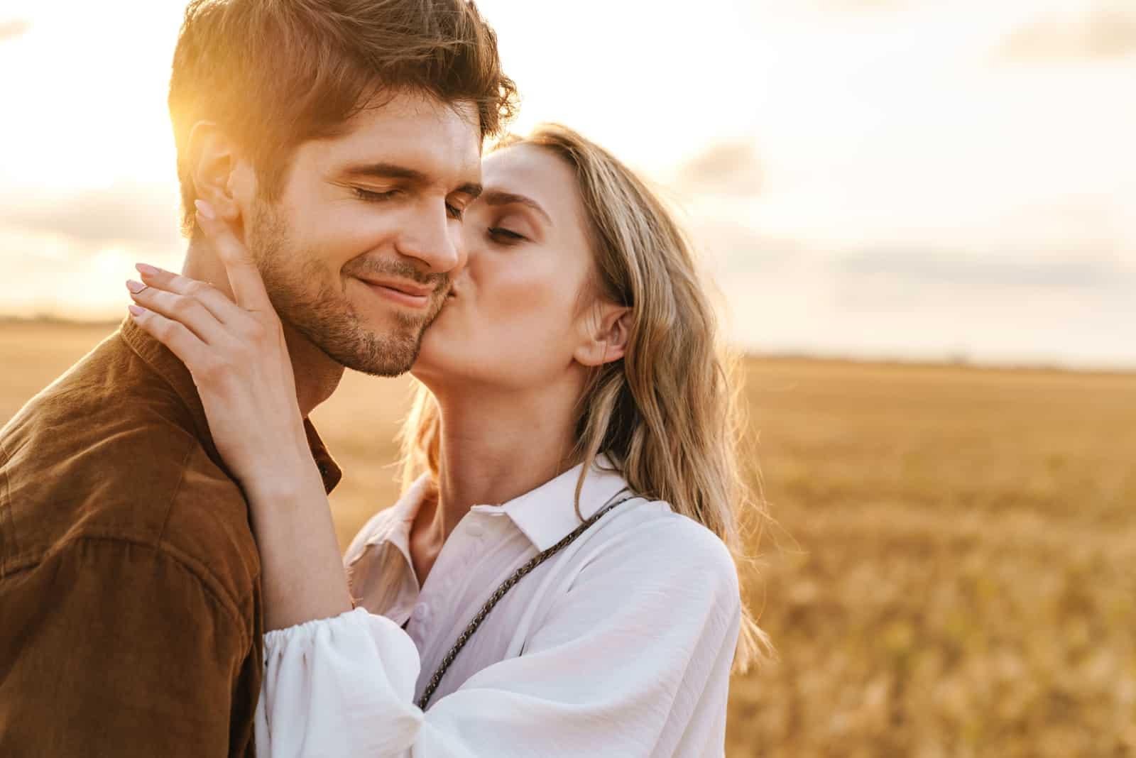 kaukasisches schönes Paar, das sich küsst und umarmt