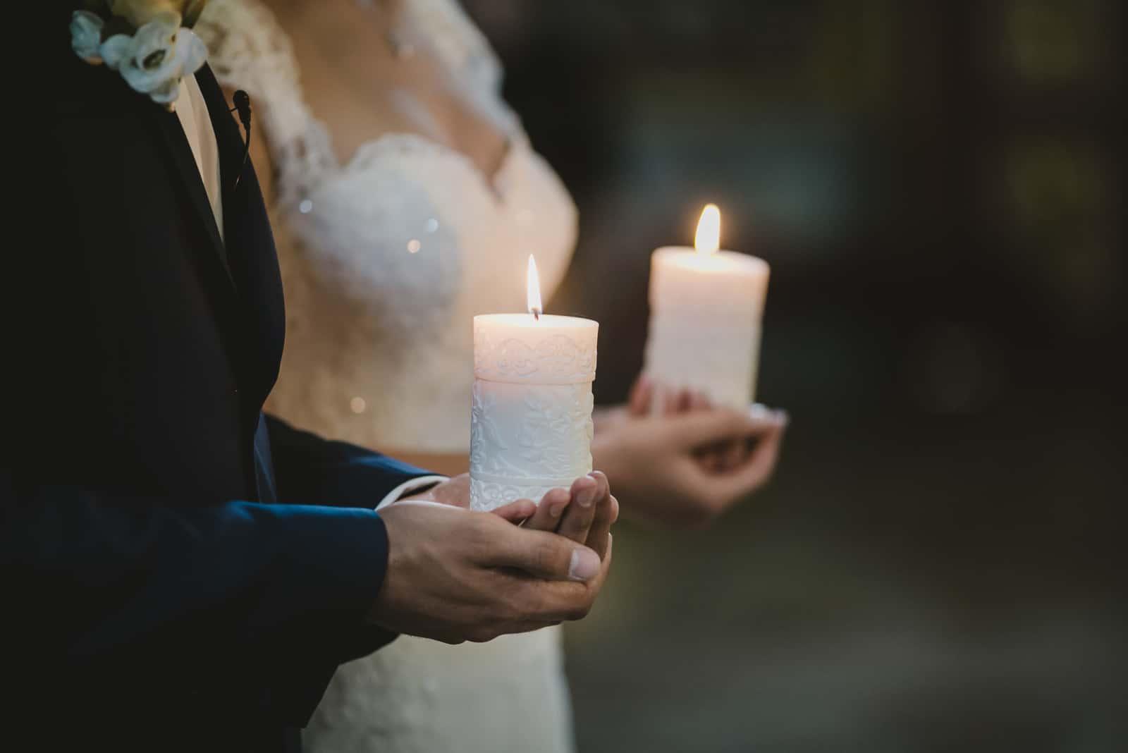schönes Paar mit großen Kerzen