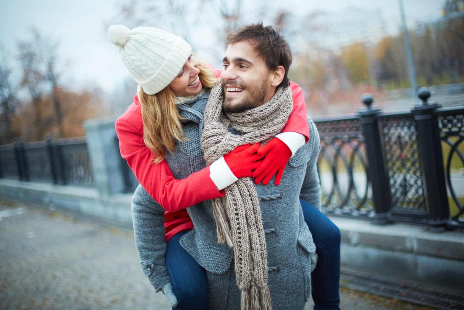 schönes glückliches junges Paar im Freien
