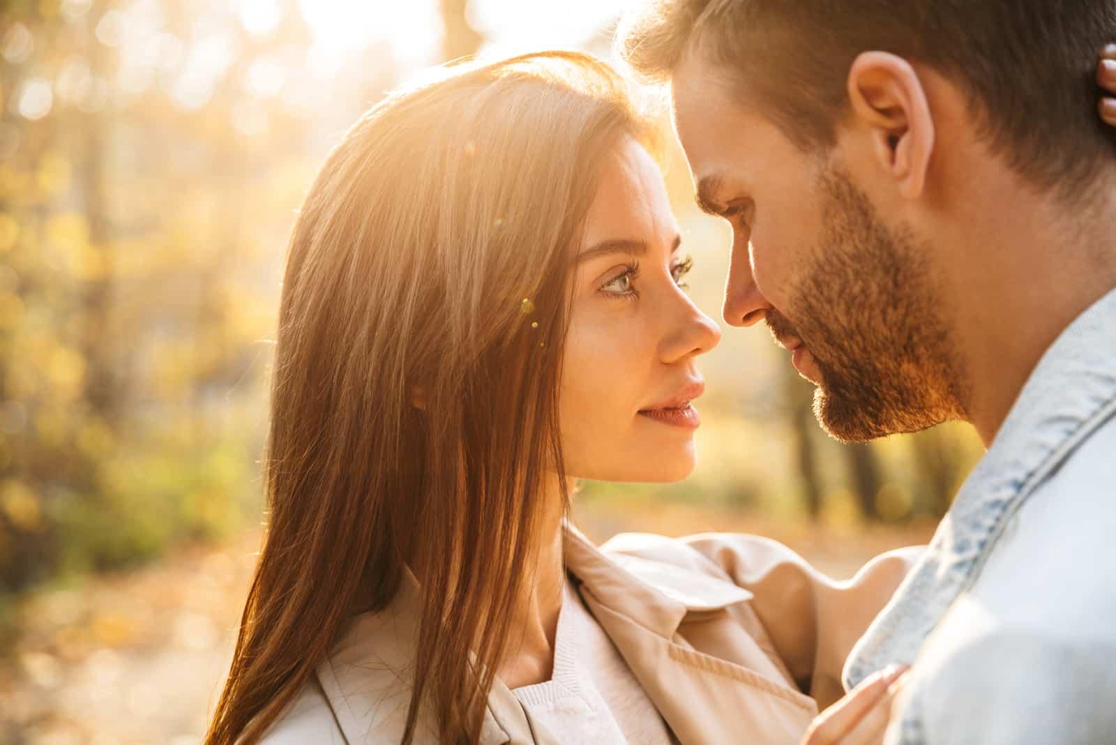 schönes junges glückliches Paar in der Umarmung