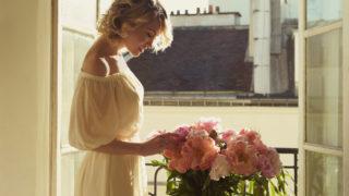 schöne Blondine am Fenster