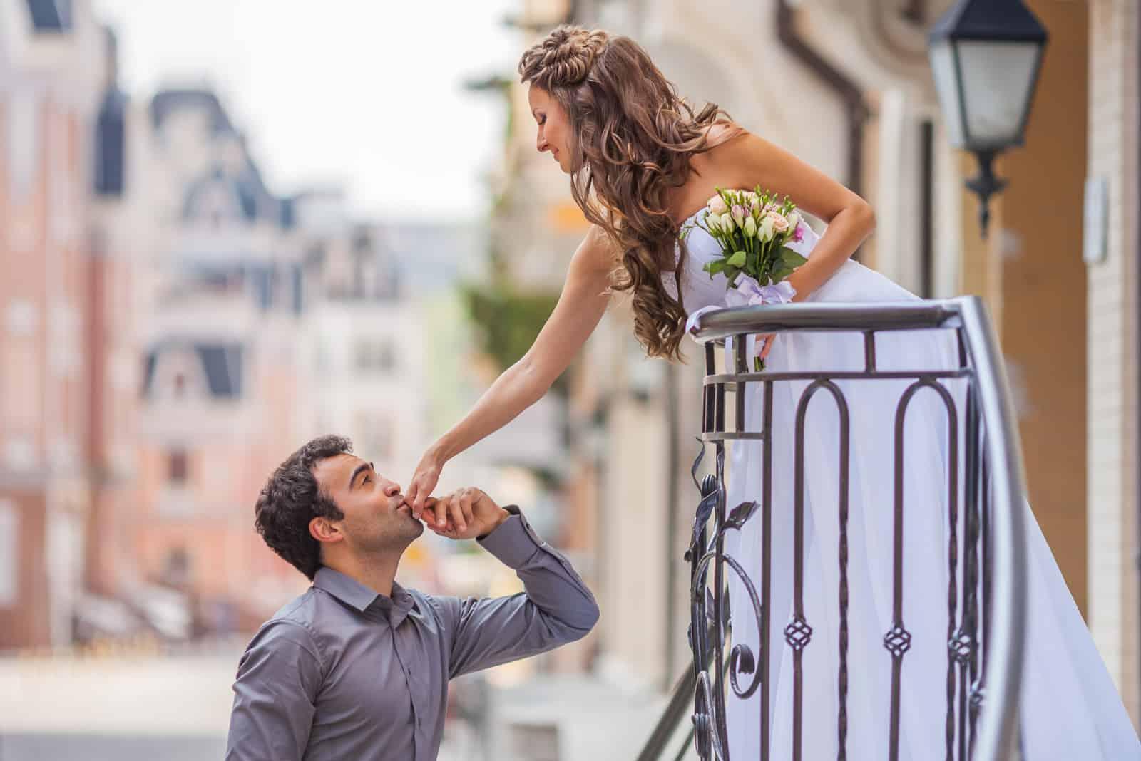 Bräutigam küsst die Hand der Braut