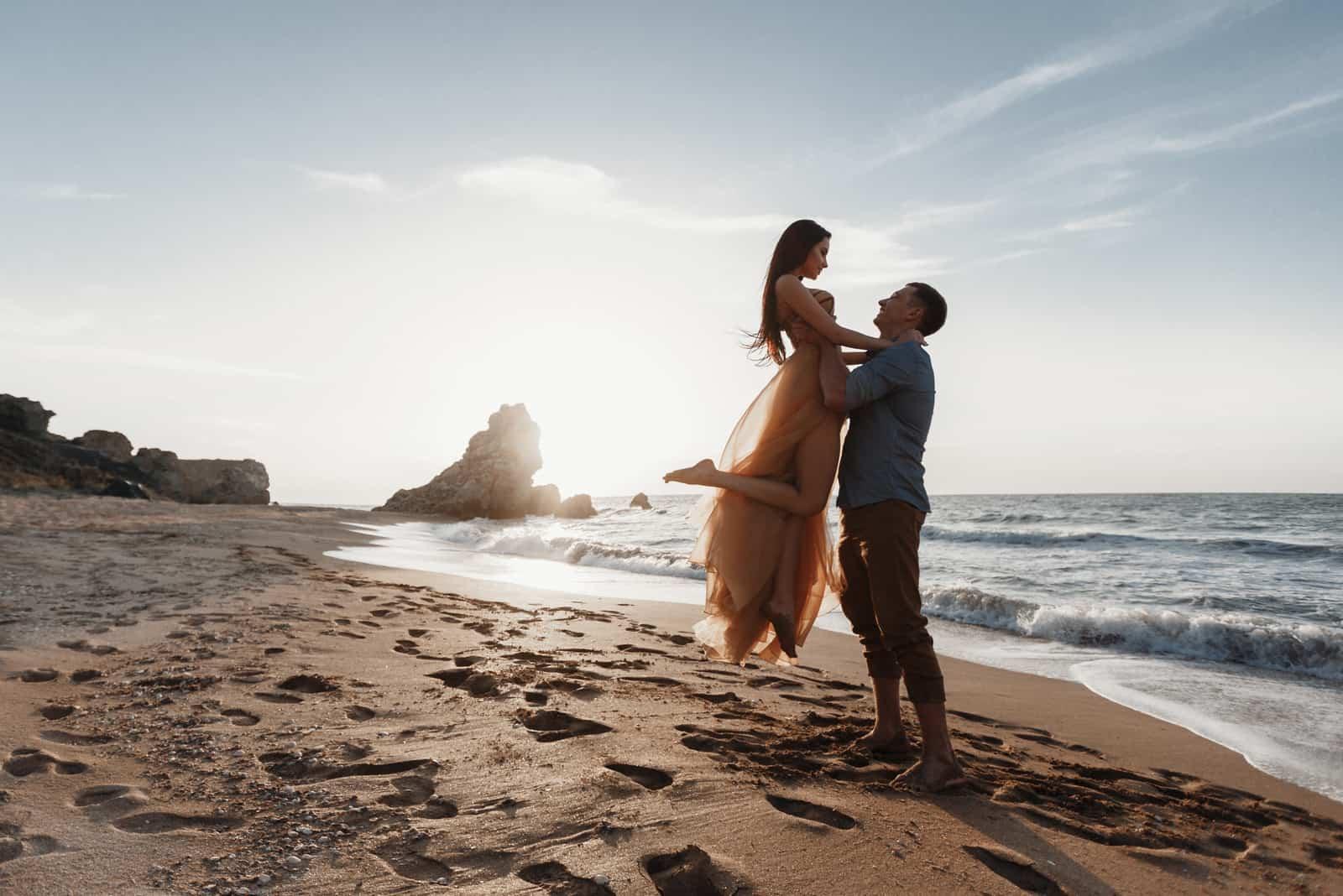 Bräutigam und Braut im Hochzeitskleid am Meer