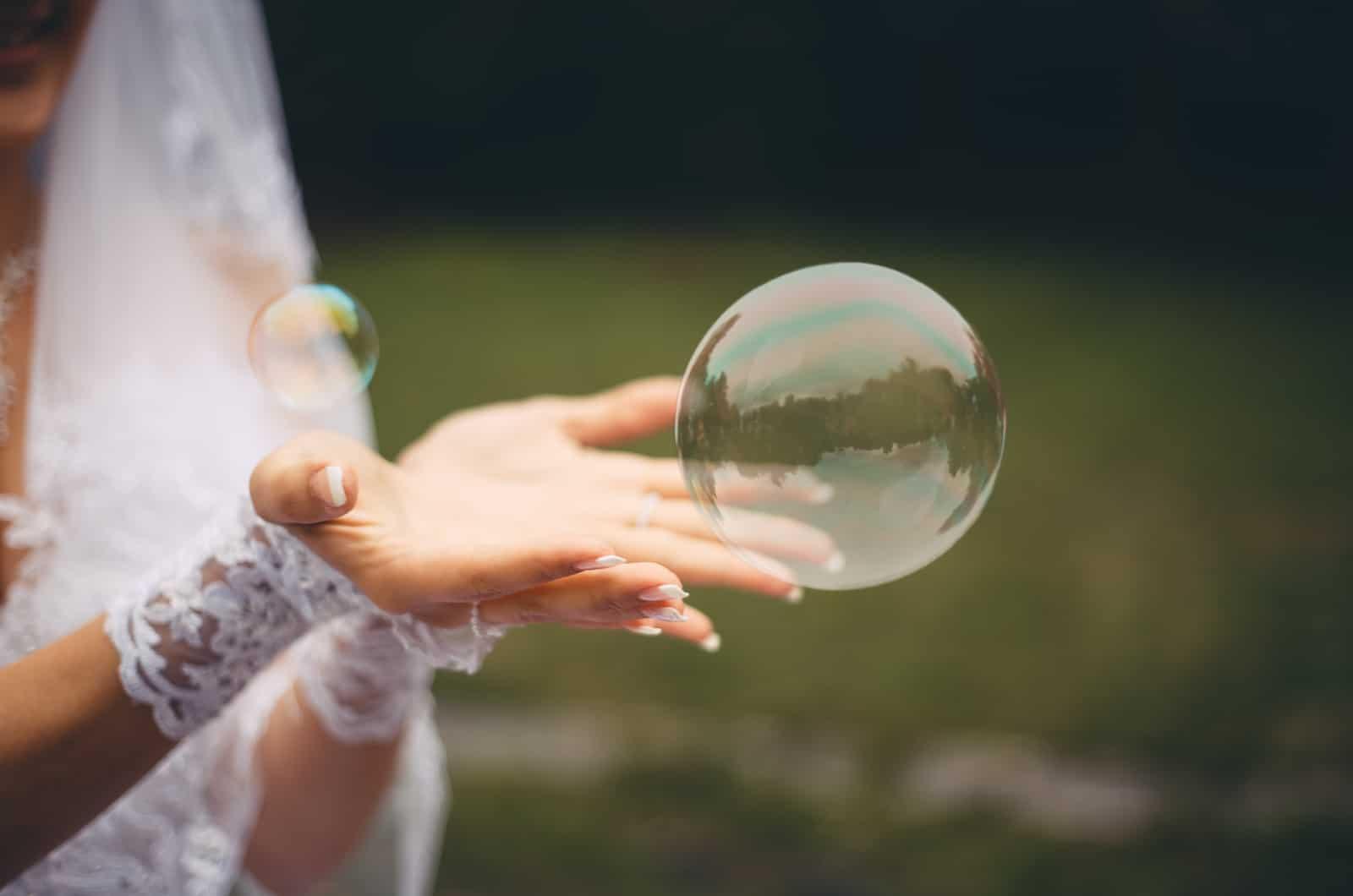 Braut berührt eine Seifenblase