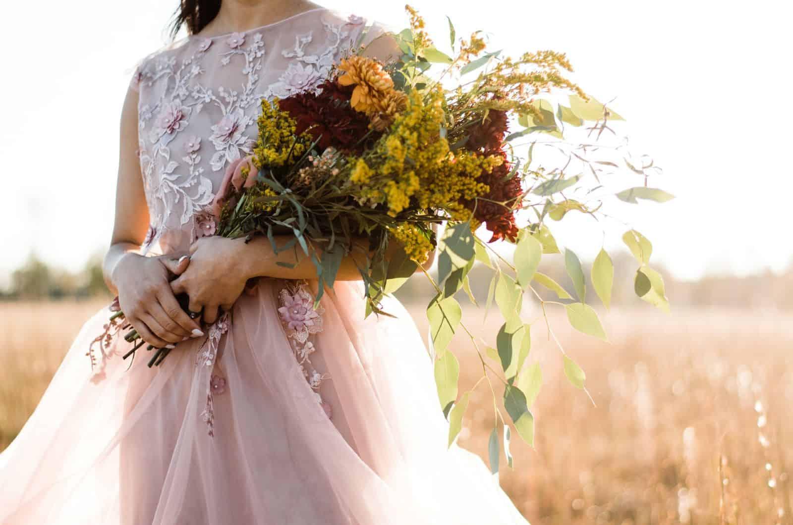 Braut hält einen Vintage-Blumenstrauß