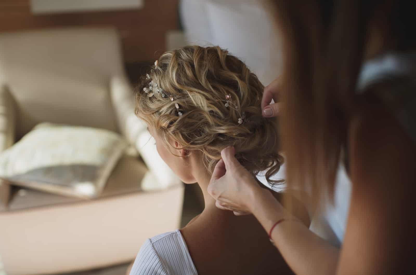Braut lässt sich die Haare machen