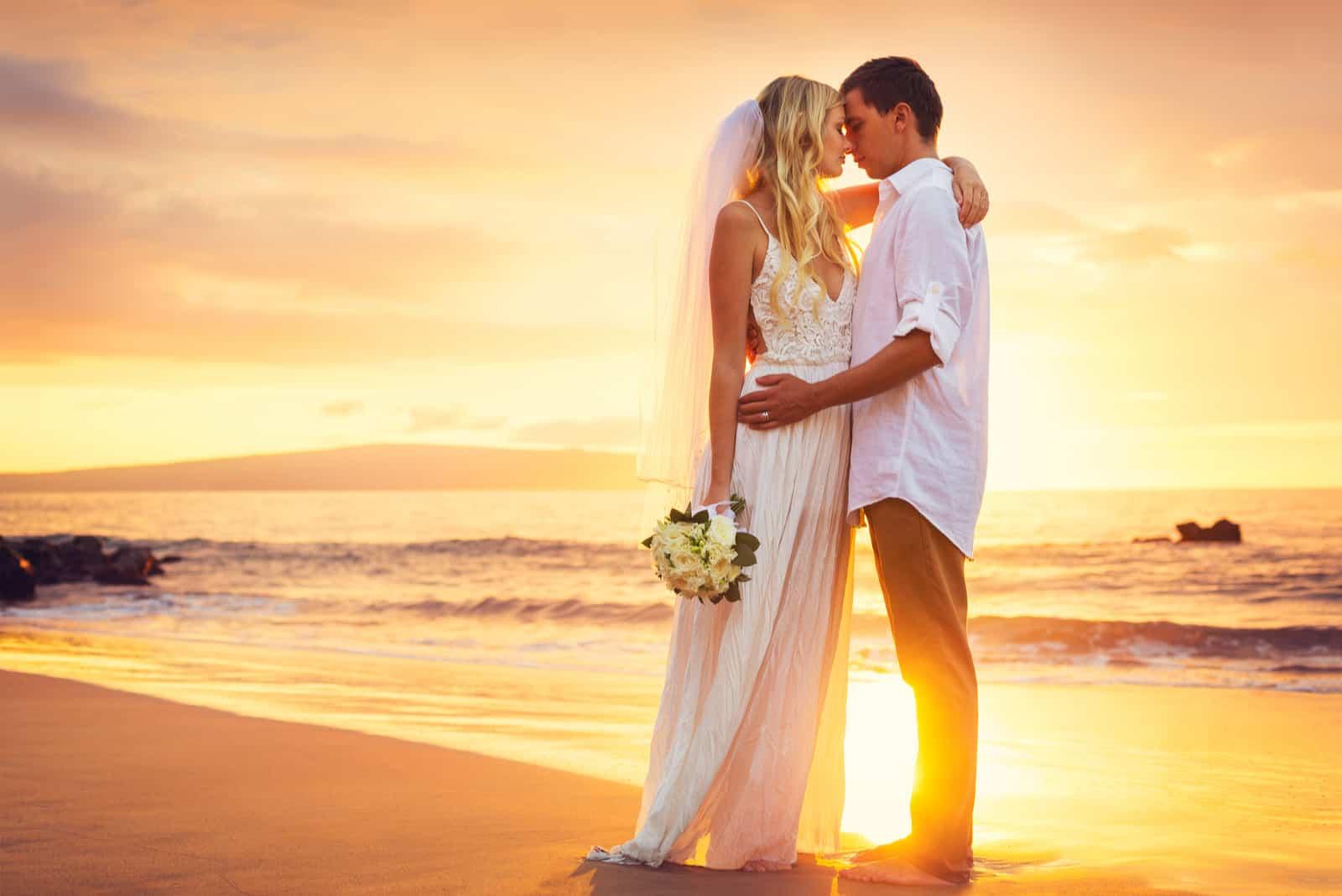 Braut und Bräutigam an einem wunderschönen tropischen Strand