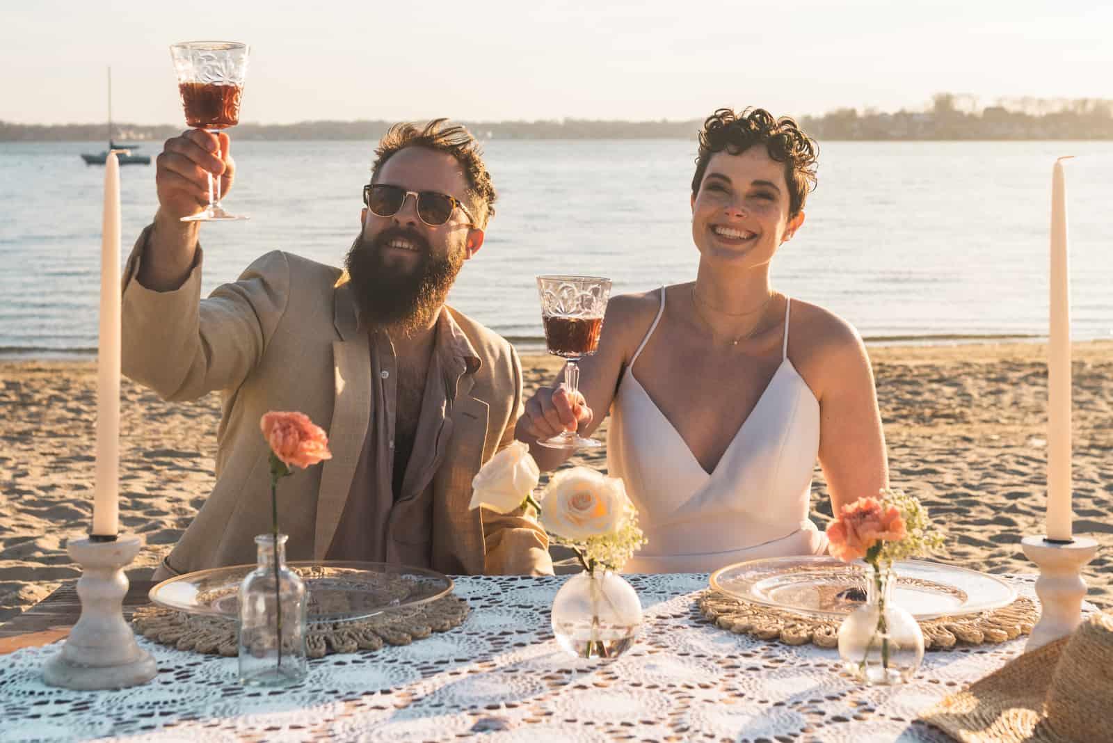 Braut und Bräutigam feiern