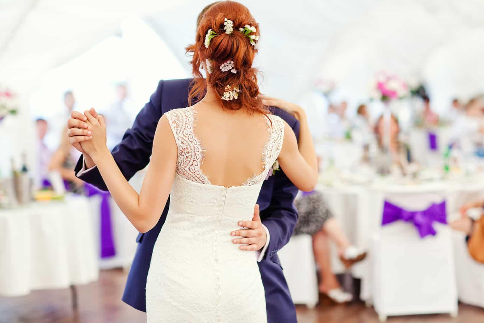 Braut und Bräutigam tanzen bei der Hochzeit
