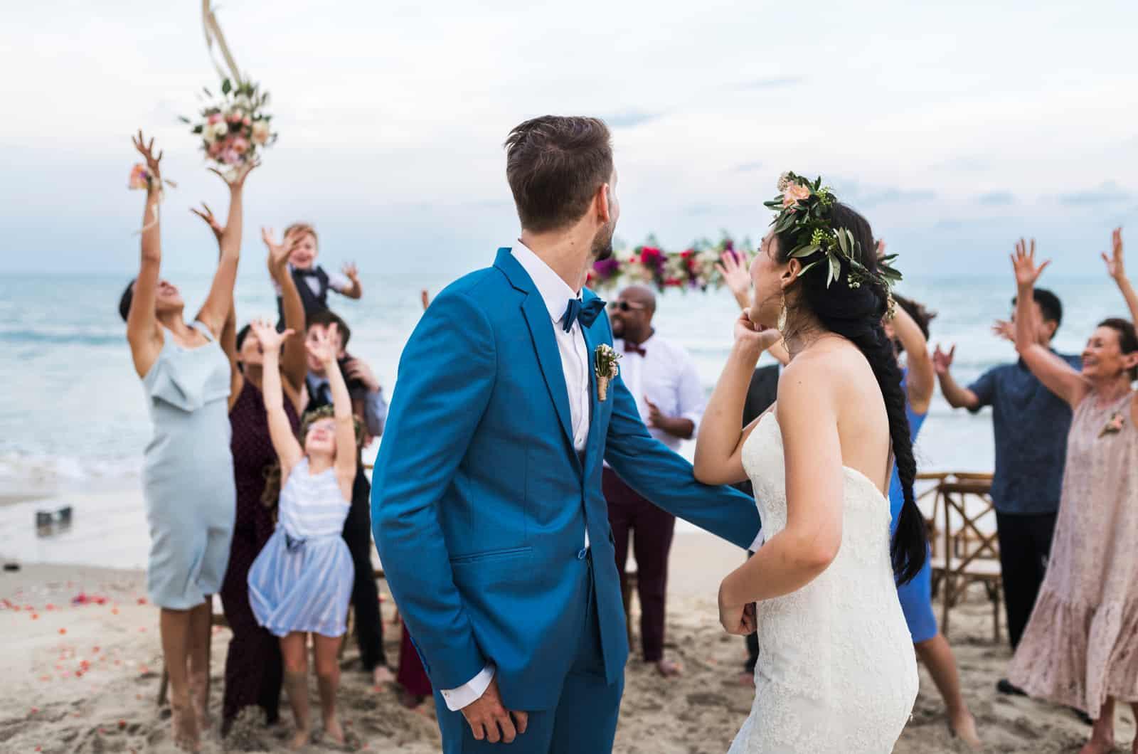 Braut und Bräutigam bei einer Hochzeit im Freien