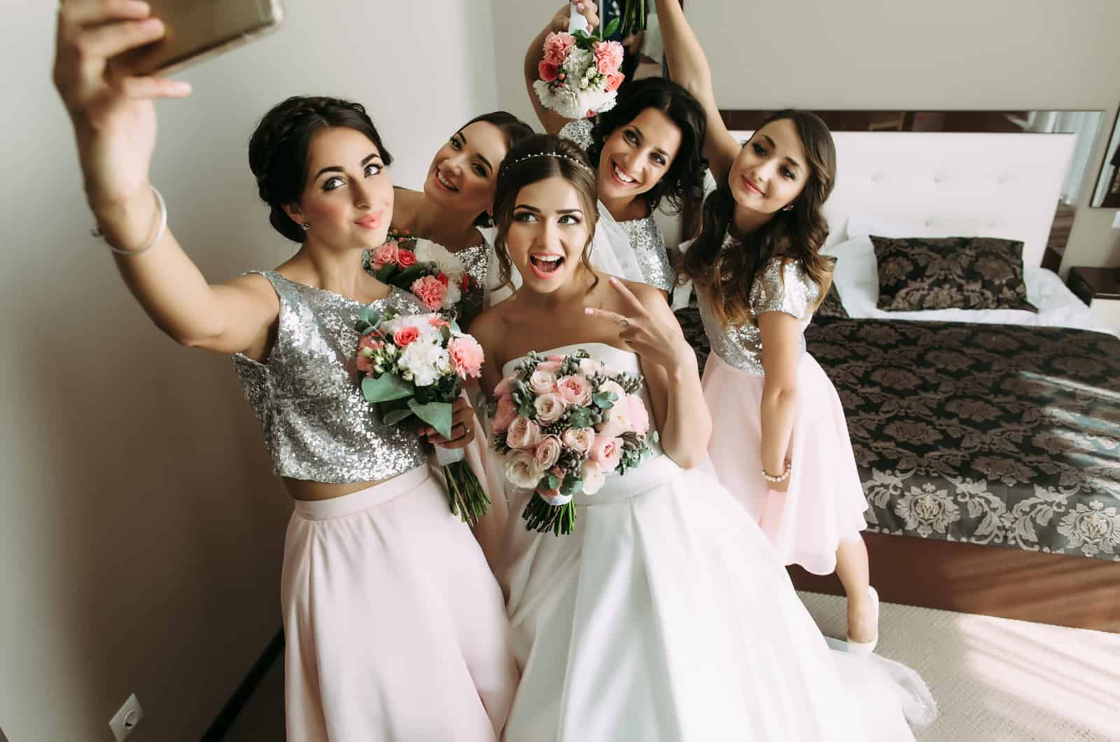 Braut und Brautjungfern machen ein Selfie