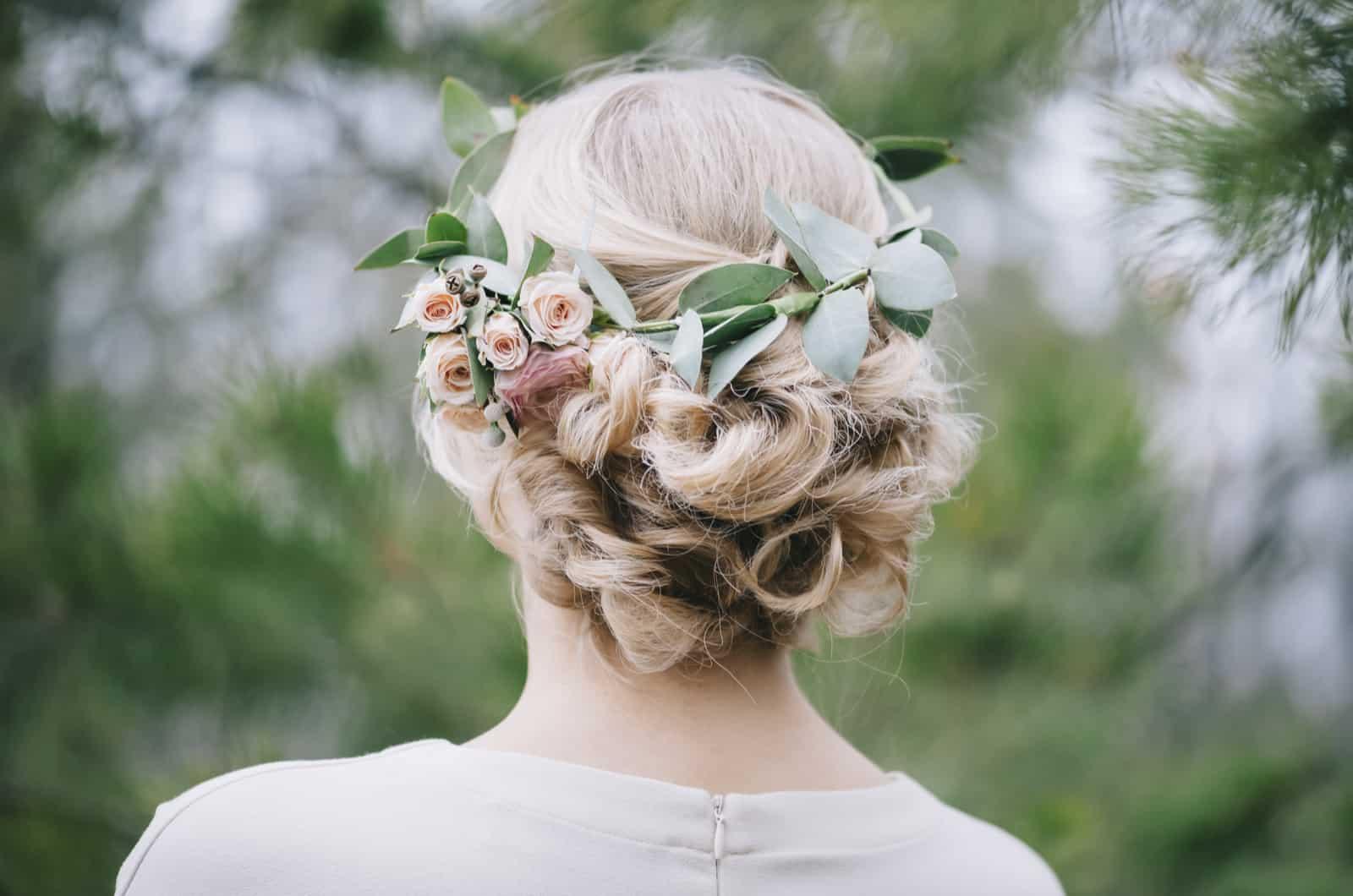 Brautfrisur mit floralen Accessoires