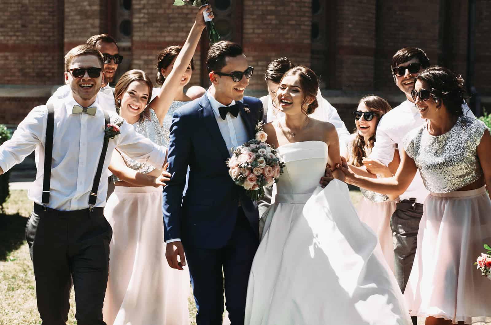 Brautpaar und ihre Freundesgruppe