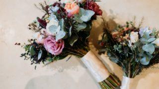 zwei Vintage Brautsträuße