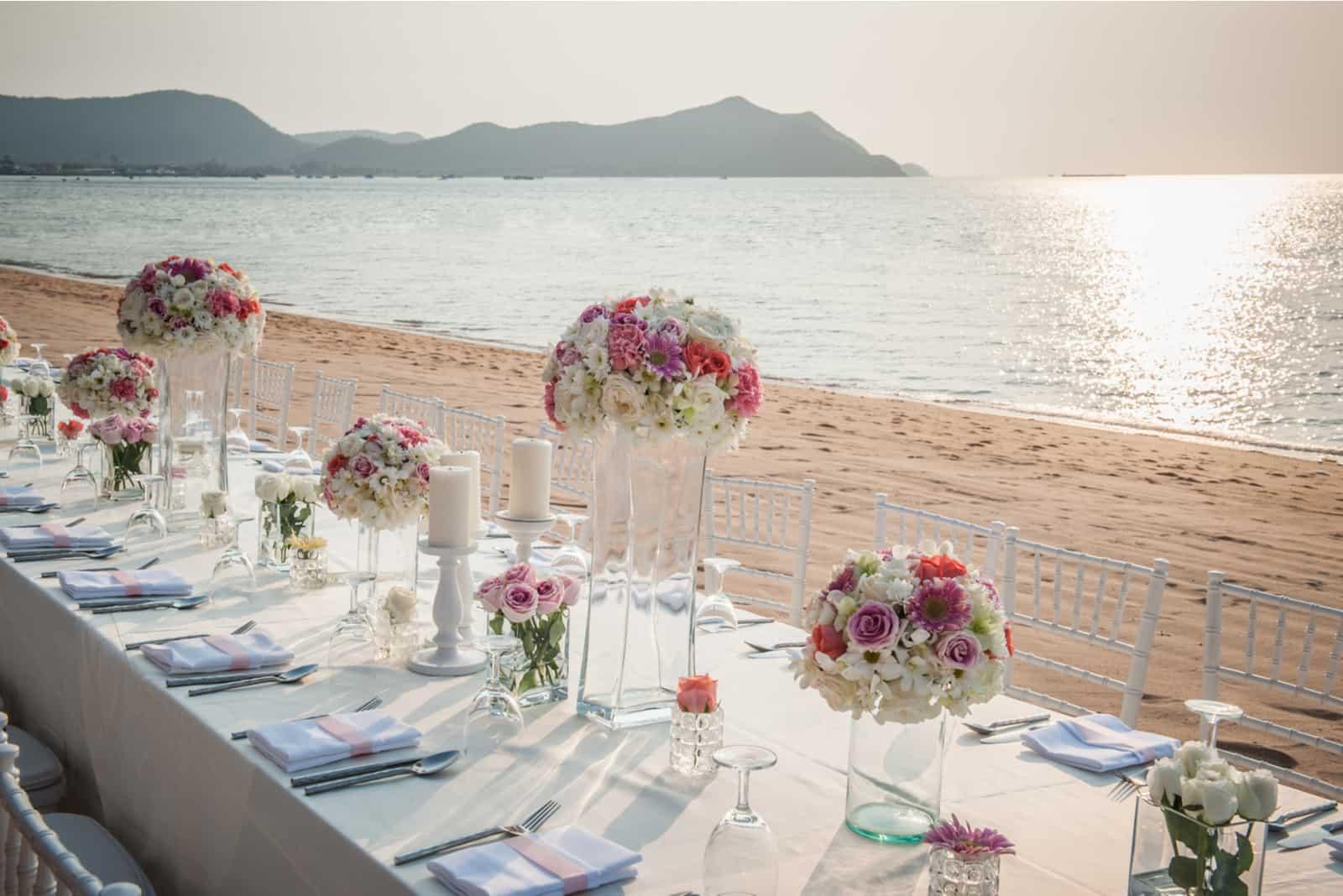 Der elegante Esstisch am Strand