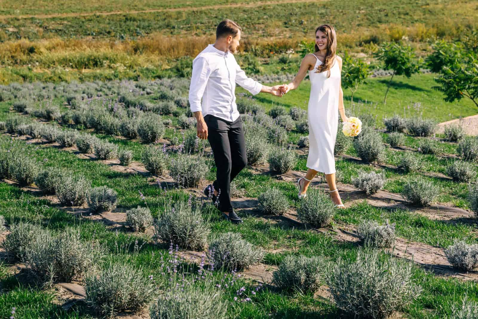 Ein liebevoller Bräutigam und eine süße Braut