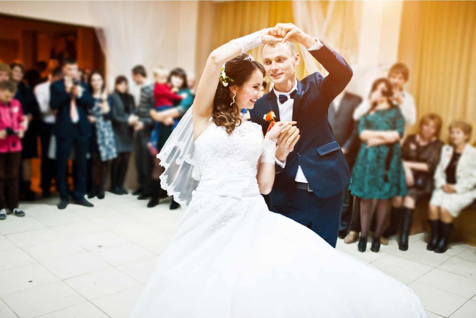 Erster Hochzeitstanz des Hochzeitspaares im Restaurant